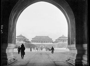 Republican-flags-on-the-outside-of-main-entrance-to-Forbidden-City-1917-19-(Gamble)